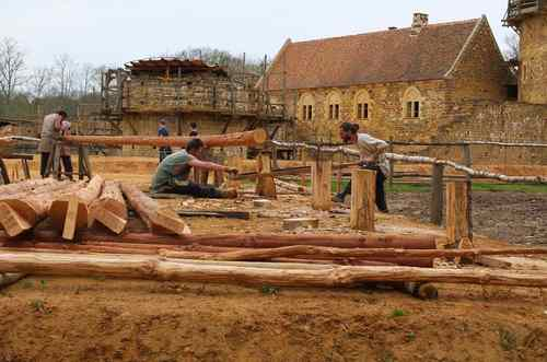 ANIMATIONS LOISIRS 2015, GUEDELON 16 avril Construction d'une bâtisse annexe, sciage des supports - zoom