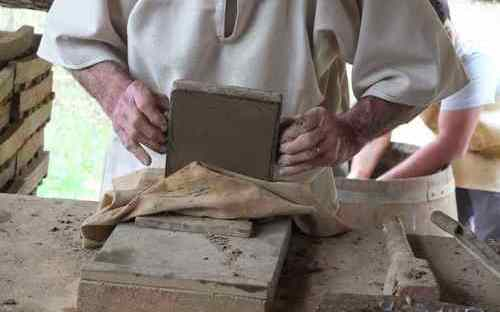 ANIMATIONS LOISIRS 2015, GUEDELON 16 avril Fabrication tomettes terre cuite 4 - zoom