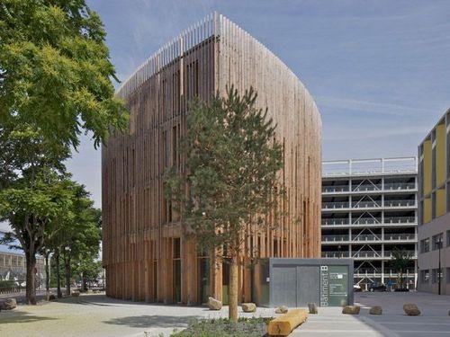 Actu un b timent en bois en forme de goutte d 39 eau pour for B architecture nantes